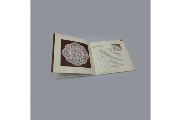paška čipka, brošura /Pag lace in a wooden box
