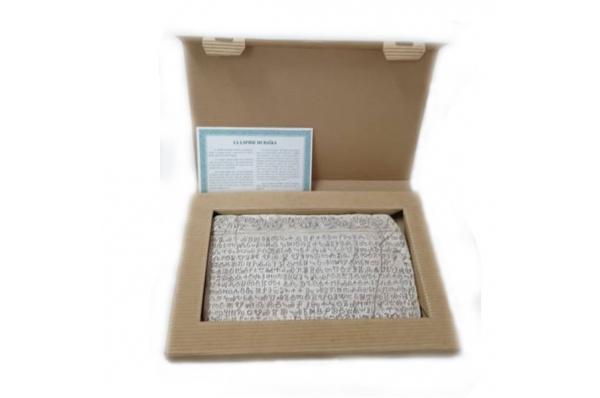 bašćanska ploća, kartonska kutija / Baska Table, eco-cardboard box