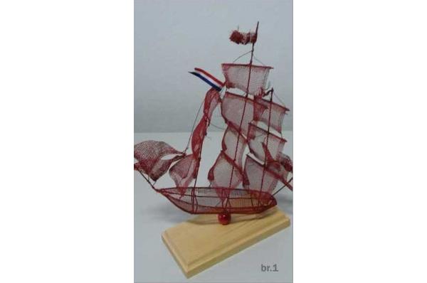 brod od žice, boja bordo /Wire  Sailboats