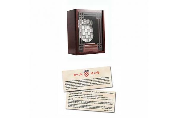 drvena kutija i privjesnica / wooden boks & brochure