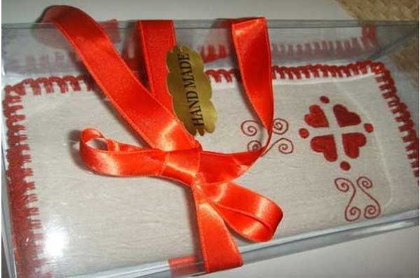 vezeni tabletić, u kutiji /Embroidered decoration for tha table